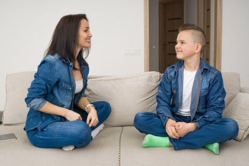 maman qui parle avec son adolescent