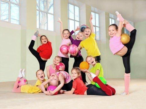 enfant qui fait de la gym collective