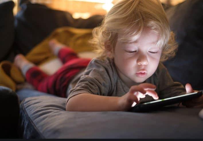 Enfant-sur-écran